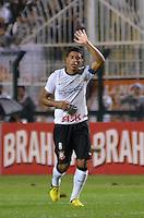 ATENÇÃO EDITOR: FOTO EMBARGADA PARA VEÍCULOS INTERNACIONAIS - SÃO PAULO, SP, 10 NOVEMBRO DE 2012 - CAMPEONATO BRASILEIRO - CORINTHIANS x CORITIBA: Paulinho comemora gol durante partida Corinthians x Coritiba, válida pela 35ª rodada do Campeonato Brasileiro de 2012, em partida disputada no Estádio do Pacaembu em São Paulo. FOTO: LEVI BIANCO - BRAZIL PHOTO PRESS