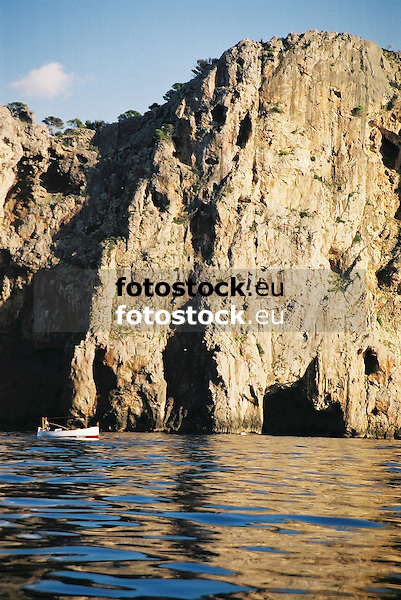 cliff line at the west coast of Majorca<br /> <br /> acantilado de la costa del oeste de Mallorca<br /> <br /> Felsk&uuml;ste im Westen von Mallorca<br /> <br /> 1840 x 1232 px<br /> 150 dpi: 31,16 x 20,86 cm<br /> 300 dpi: 15,58 x 10,43 cm<br /> Original: 35 mm