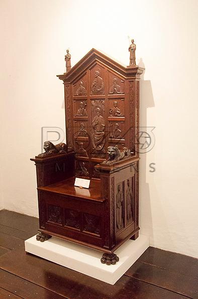 Cátedra (Cadeira de Bispo), feita por Benedito Calixto Neto, século XX, madeira. Acervo do Museu de Arte Sacra de São Paulo, São Paulo - SP, 02/2013.