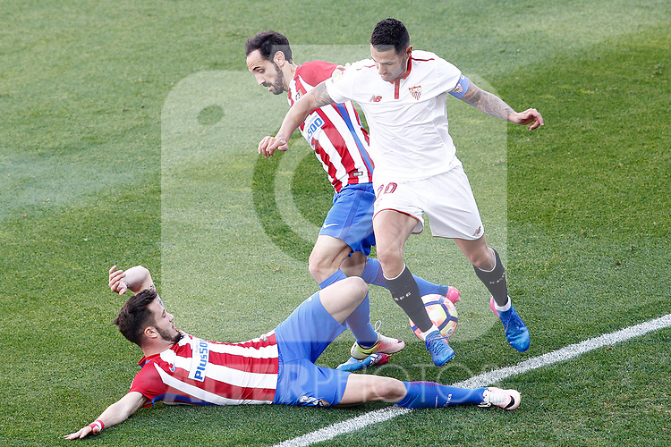 Atletico de Madrid's Saul Niguez (l) and Juanfran Torres (c) and Sevilla FC's Vitolo during La Liga match. March 19,2017. (ALTERPHOTOS/Acero)