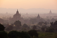 Myanmar (Burma), Mandalay-Division, Bagan: Sunrise over the Bagan temples, built between the 11th and 13th centuries | Myanmar (Birma), Mandalay-Division, Bagan: Sonnenaufgang ueber den Bagan Tempeln, die zwischen dem 11. und 13. Jahrhundert erbaut wurden