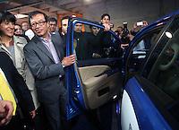 BOGOTÁ - COLOMBIA, 02-09-2013. Gustavo Petro, Alcalde Mayor de la ciudad de Bogotá, presentó loos primeros 12 taxis eléctricos que se usaran en la capital de Colombia a partir de la próxima semana./ Gustavo Petro, Mayor of Bogota, introduces the first 12 electric taxis that will be use from the next week  in the capital of Colomkbia. Photo: VizzorImage/ Ignacio Prieto - ALCALDIA MAYOR BOGOTA /HANDOUT PICTURE; MANDATORY USE EDITORIAL ONLY/