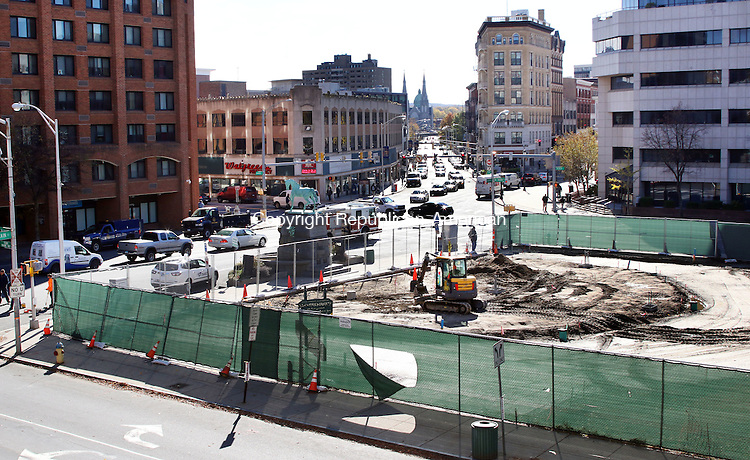 WATERBURY CT. 31 October 2016-103116SV01-Construction continues on the green in Waterbury Monday.<br /> Steven Valenti Republican-American