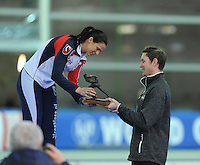 SPEED SKATING: STAVANGER: Sørmarka Arena, 31-01-2016, ISU World Cup, Brittany Bowe (USA) receives the Oscar Mathisen Award from Jeremy Wotherspoon, ©photo Martin de Jong
