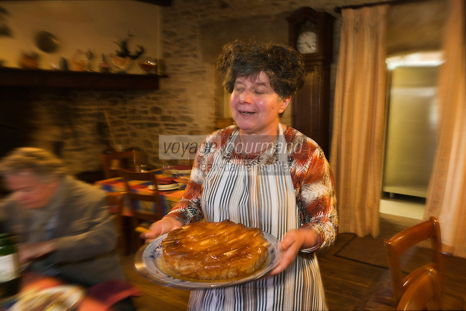 Europe/Europe/France/Midi-Pyrénées/46/Lot/Bach:  Auberge Lou Bourdié, chez Monique Valette sert son pastis, tourtière du quercy // //  France, Lot, Bach, Auberge Lou Bourdais, Monique Vallete is serving her Quercy pastis,<br /> <br /> <br /> [Non destiné à un usage publicitaire - Not intended for an advertising use]