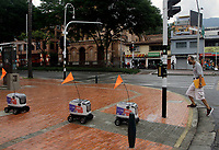 MEDELLÍN, COLOMBIA-APRIL 24: Robots used to delivery food are seen as a man walks near then during the new Coronavirus pandémica, COVID-19. on April 24, 2020, in Medellin, Colombia. The launch of colombian on-demand services Rappi Is using robots on wheels designed by KiwiBot as a way ti bring food to people who área forced to stay home during labor as a preventive measure to curb the spread of COVID-19 (Photo by Fredy Builes / VIEWpress via Getty Images).
