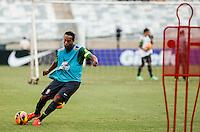 BELO HORIZONTE, MINAS GERAIS, 22 DE ABRIL 2013 - TREINO SELEÇÃO BRASILEIRA DE FUTEBOL -Ronaldinho Gaucho jogador da seleção brasileira de futebol durante sessão de treinamento na Minas Arena (Mineirão), na tarde desta terça-feira, 22. Amanhã o Brasil enfrenta o Chile no mesmo local. FOTO: WILLIAM VOLCOV / BRAZIL PHOTO PRESS.