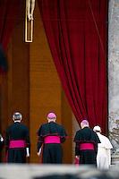 Papa Francesco lascia San Pietro dopo la preghiera in occasione della messa mariana da lui presieduta. Pope Francis leaves St. Peter's square after leading a prayer as part of a Marian Day event at the Vatican.