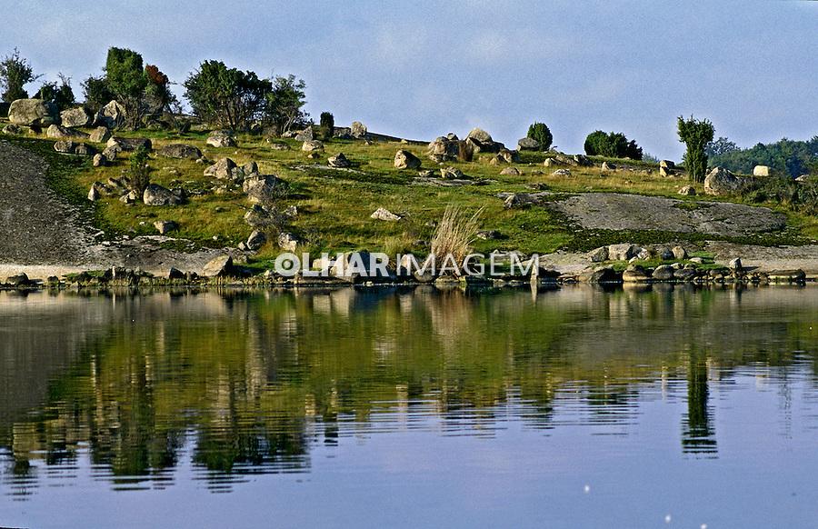 Rio, terra e pedras em Karlshamn, Suécia. 1996. Foto de Adriano Gambarini.