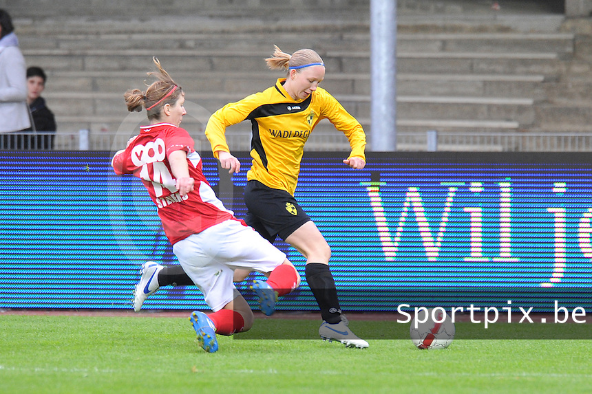 Bekerfinale 2012 : WD Lierse SK - Standard Femina :.Inge Heiremans met de tackelende Berit Stevens.foto David Catry / Joke Vuylsteke / Vrouwenteam.be