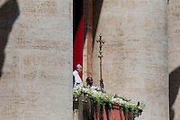Città del Vaticano, 20 Aprile, 2014. Papa Francesco impartisce la benedizione Urbi et orbi, dal loggione centrale della Basilica di San Pietro,i ai fedeli in Piazza San Pietro. Pope Francis delivers his 'Urbi Et Orbi' blessing during Easter Mass in St. Peter's Square in Vatican.