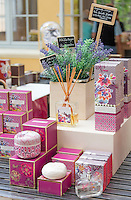 France, Provence-Alpes-Côte d'Azur, Grasse: sale at Perfumery Fragonard | Frankreich, Provence-Alpes-Côte d'Azur, Grasse: Angebote der Parfumerie Fragonard