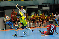 CALI -COLOMBIA-16-09-2016: Angellott Caro (Izq) jugador de Colombia disputa el balón con Fernando Mena (Der) jugador de Panama durante partido del grupo A de la Copa Mundial de Futsal de la FIFA Colombia 2016 jugado en el Coliseo del Pueblo en Cali, Colombia. /  Angellott Caro (L) player of Colombia fights the ball with Fernando Mena (R) player of Panama during match of the group A of the FIFA Futsal World Cup Colombia 2016 played at Metropolitan Coliseo del Pueblo in Cali, Colombia. Photo: VizzorImage/ NR / Cont