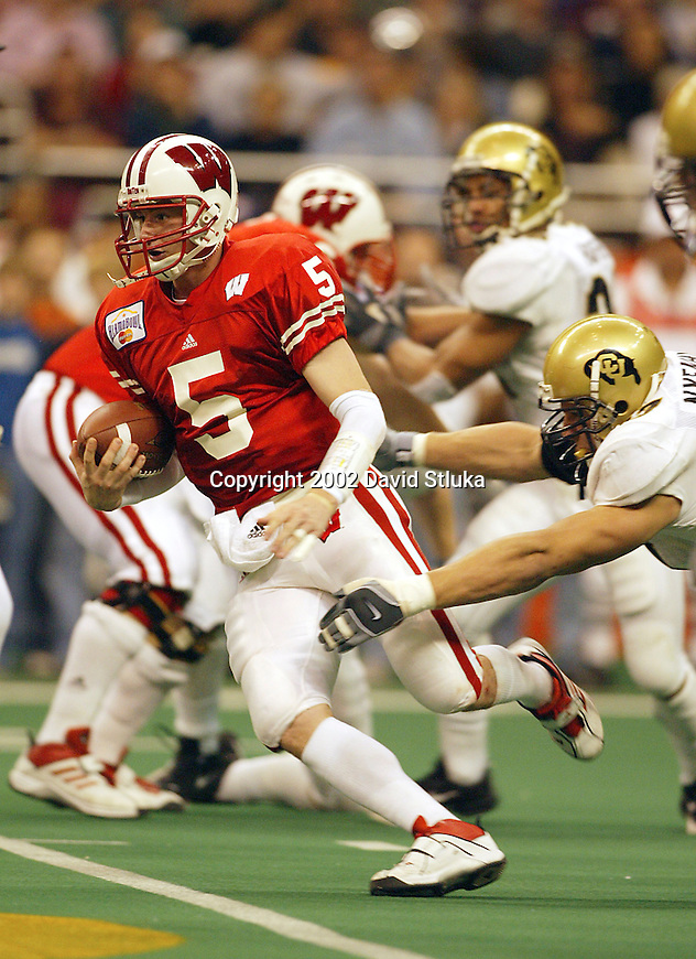 University of Wisconsin quarterback Brooks Bollinger (5) scrambles for yardage during the Alamo Bowl in San Antonio, Texas. The Badgers beat the University of Colorado in overtime 31-28 on 12/28/02. (Photo by David Stluka)