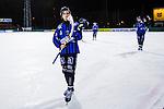 Uppsala 2013-11-13 Bandy Elitserien IK Sirius - IFK Kung&auml;lv :  <br /> Sirius Max Eriksson tackar publiken efter matchen och ser nedst&auml;md ut  <br /> (Foto: Kenta J&ouml;nsson) Nyckelord:  depp besviken besvikelse sorg ledsen deppig nedst&auml;md uppgiven sad disappointment disappointed dejected