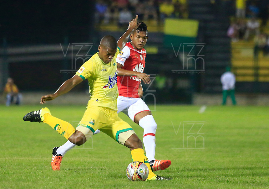 FLORIDABLANCA - COLOMBIA -14 -02-2016: Jairo Castillo (Izq.) jugador de Atletico Bucaramanga disputa el balón con Almir Soto (Der.) jugador de Independiente Santa Fe, durante partido entre Atletico Bucaramanga e Independiente Santa Fe, por la fecha 3 de la Liga Aguila I 2016, jugado en el estadio Alvaro Gomez Hurtado de la ciudad de Floridablanca.  / Jairo Castillo (L) player of Atletico Bucaramanga fights for the ball with Almir Soto (R) player of Independiente Santa Fe, during a match between Atletico Bucaramanga and Independiente Santa Fe, for the date 3 between of the Liga Aguila I 2016 at the Alvaro Gomez Hurtado stadium in Floridablanca city. Photo: VizzorImage.  / Duncan Bustamante / Cont.