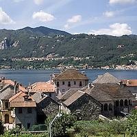 Abitazioni antiche con i caratteristici tetti d'ardesia a Orta San Giulio..Old houses with typical slate roofs In Orta San Giulio