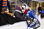 Stockholm 2016-02-12 Bandy Elitserien Hammarby IF - Bolln&auml;s GIF :  Bolln&auml;s m&aring;lvakt Niklas Prytz kramas om av publiken efter bandymatchen i Elitserien mellan Hammarby och Bolln&auml;s den 12 Februari 2016 i Stockholm. <br /> (Foto: Kenta J&ouml;nsson) Nyckelord:  Elitserien Bandy Hammarby Bolln&auml;s