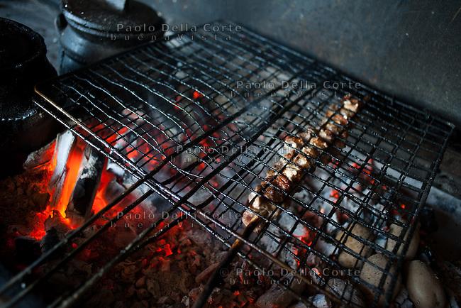 Fishtë (Albania) - Ristorante Mrizi i Zanave. spiedini di carne