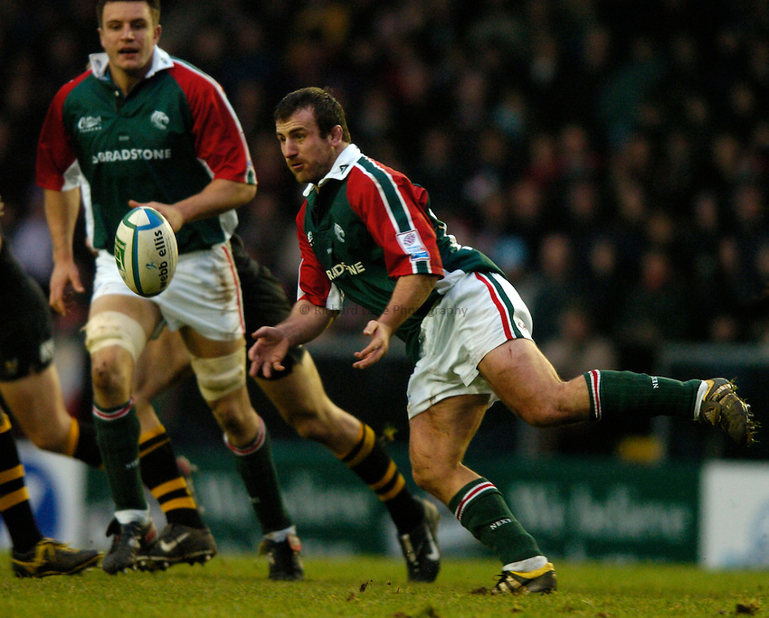 Photo: Richard Lane..Leicester Tigers v London Wasps. Heineken Cup.  12/12/2004..George Chuter passes.