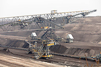 Miniera di superficie Jänschwalde, nella Bassa Lusazia, per l'estrazione della lignite. Enormi macchinari pesanti --- Lignite surface mining in Jänschwalde, in the Lower Lusatia. Huge machines
