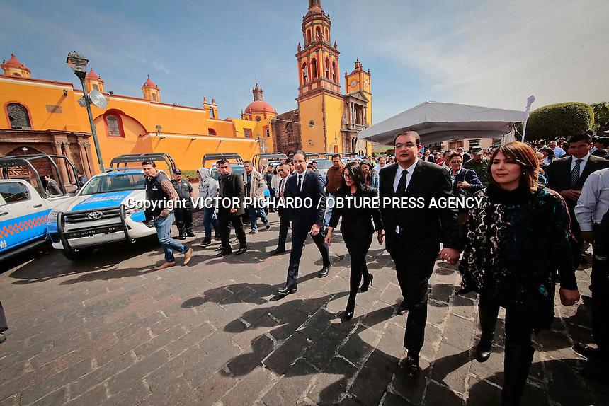 Querétaro, Qro. 15 FEBRERO 2016.- El gobernador del Estado, Francisco Domínguez, acompañado por el alcalde de San Juan del Río, Gullermo Vega y el secretario de Seguridad Ciudadana, Juan Marcos Granados Torres, entregaron patrullas a la polícia municipal.