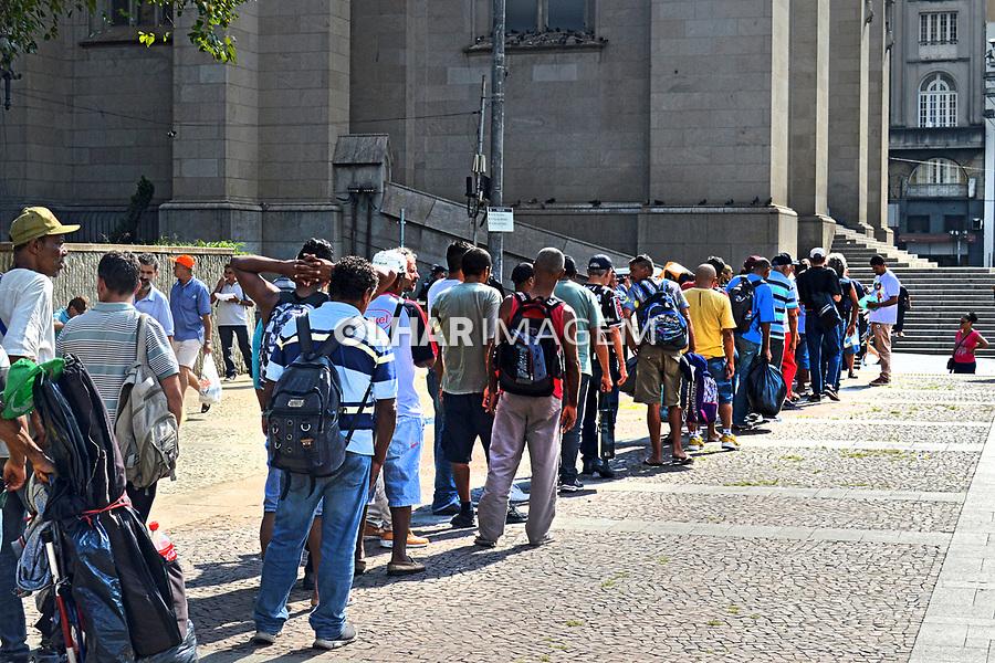 Fila de distribuição de comida para moradores de rua e pessoas pobres na Praça da Sé, São Paulo. 2019. Foto Daniel Cymbalista