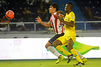BARRANQUILLA - COLOMBIA - 10 - 05 - 2017: Roberto Ovelar (Izq.) jugador de Atletico Junior disputa el balón con Jeison Palacios (Der.) jugador de Atletico Bucaramanga durante partido de la fecha 17 entre Atletico Junior y Atletico Bucaramanga por la Liga Aguila I-2017, jugado en el estadio Metropolitano Roberto Melendez de la ciudad de Barranquilla. / Roberto Ovelar (L) player of Atletico Junior vies for the ball with Jeison Palacios (R) player of Atletico Bucaramanga during a match of the date 17th between Atletico Junior and Atletico Bucaramanga for the Liga Aguila I-2017 at the Metropolitano Roberto Melendez Stadium in Barranquilla city, Photo: VizzorImage  / Alfonso Cervantes / Cont.