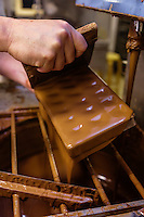 Europe/Belgique/Flandre/Flandre Occidentale/Bruges: Chocolaterie Sukerbuyc ,  moulage des chocolats // / Belgium, Western Flanders, Bruges: Chocolate Sukerbuyc, moulding chocolate