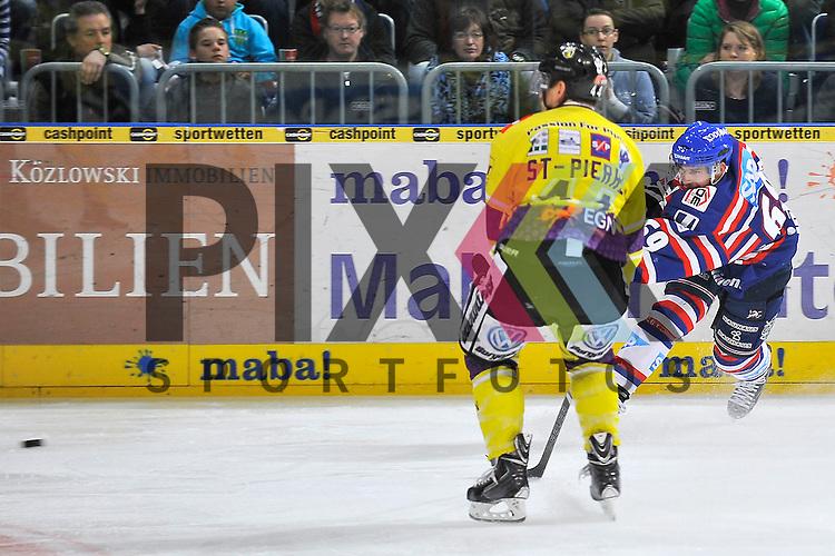 Mannheims Florian Kettemer (Nr.69) gegen Krefelds Nick St. Pierre (Nr.44)  beim Spiel in der DEL, Adler Mannheim - Krefeld Pinguine.<br /> <br /> Foto &copy; Ice-Hockey-Picture-24 *** Foto ist honorarpflichtig! *** Auf Anfrage in hoeherer Qualitaet/Aufloesung. Belegexemplar erbeten. Veroeffentlichung ausschliesslich fuer journalistisch-publizistische Zwecke. For editorial use only.