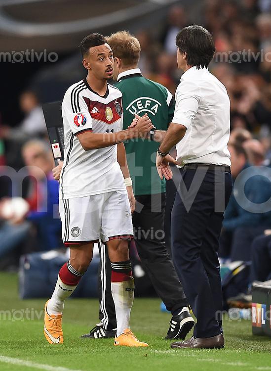 Fussball International EM 2016-Qualifikation  Gruppe D  in Gelsenkirchen 14.10.2014 Deutschland - Irland Bundestrainer Joachim Loew (rechts) bedankt sich bei Karim Bellarabi (links beide Deutschland) bei seiner Auswechslung.