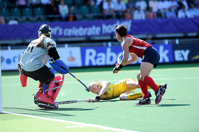 The Hague, Netherlands, June 12: Emily Smith #26 of Australia tries to score during the field hockey semi-final match (Women) between USA and Australia on June 12, 2014 during the World Cup 2014 at Kyocera Stadium in The Hague, Netherlands. Final score after full time 2-2 (0-1). Score after shoot-out 1-3. (Photo by Dirk Markgraf / www.265-images.com) *** Local caption *** Jackie Kintzer #31 of USA, Emily Smith #26 of Australia, Caroline Nichols #19 of USA