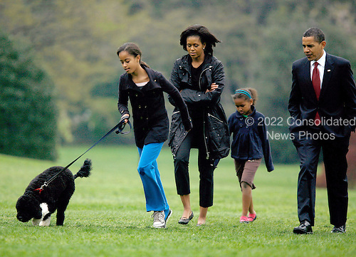 Washington, D.C. - April 14, 2009 -- The First Family shows off their new dog, Bo, on the South Lawn of the White House on Tuesday, April 14, 2009.  From left to right: Bo, Malia Obama, first lady Michelle Obama, Sasha Obama, and United States President Barack Obama..Credit: CNP