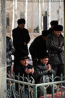 CHINA province Xinjiang, city Kashgar, where uyghur people are living , Heytgar or Idkah mosque, friday prayer / CHINA Provinz Xinjiang , Kashgar, Freitagsgebet in Heytgah-Moschee oder Idkah Moschee, Turkvolk der Uiguren