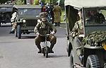 Foto: VidiPhoto<br /> <br /> ARNHEM &ndash; Ruim 300 (motor)voertuigen -die gebruikt werden bij de Slag om Arnhem in september 1944- en ruim duizend re-enactors uit heel Europa namen zaterdag deel aan de zogenoemde Race to the Bridge. De oude pantservoertuigen, jeeps, vrachtwagens en motoren zijn voornamelijk eigendom van particulieren en rijden ieder jaar rond 17 september dezelfde route naar de brug bij Arnhem als de Engelse luchtlandingstroepen dat deden in 1944. In Renkum en Oosterbeek werden de deelnemers aan de herdenkingstocht als helden binnengehaald. Opmerkelijk genoeg was is Arnhem vrijwel geen belangstelling voor de kilometerslange bonte verzameling aan oorlogsmaterieel. Volgens Eef Peters, eigenaar van het Arnhems Oorlogsmuseum 40-45, die als hofleverancier met zeven voertuigen meedeed, is Arnhem een stad met weinig historisch besef. &ldquo;Ieder jaar zie je hetzelfde beeld. In Oosterbeek staan de mensen rijen dik langs en zelfs op de weg. In Arnhem staat slechts een enkeling te kijken.&rdquo;