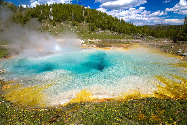 THE IMPERIAL GEYSER AND HOT SPRING POOL NEAR THE MIDWAY GEYSER BASIN IN YELLOWSTONE NATIONAL PARK, WYOMING