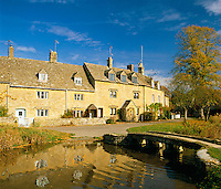 Great Britain, England, Gloucestershire (Cotswolds), Lower Slaughter: Village Scene (autumn) | Grossbritannien, England, Gloucestershire (Cotswolds), Lower Slaughter: herbstliche Dorfszene