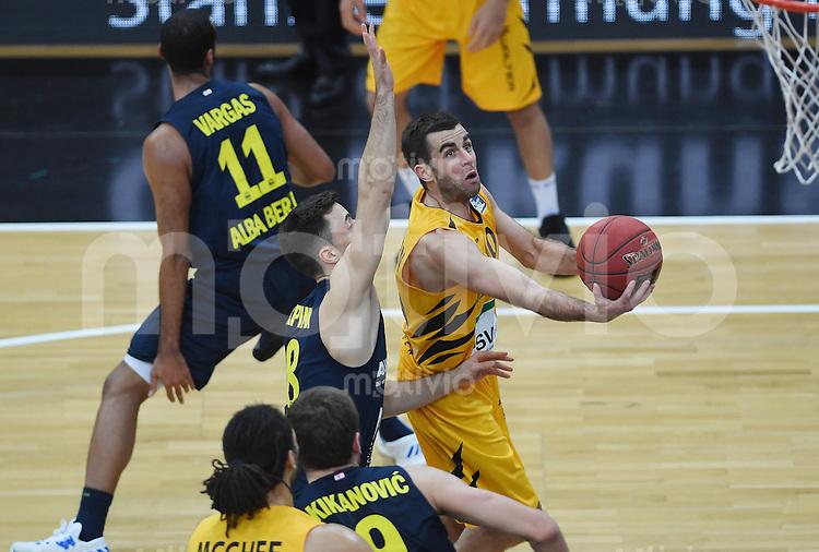 Basketball  1. Bundesliga  2016/2017  Hauptrunde  14. Spieltag  16.12.2016 Walter Tigers Tuebingen - Alba Berlin Jared Jordan (re, Tigers) gegen Ismet Akpinar (Mitte, Alba)