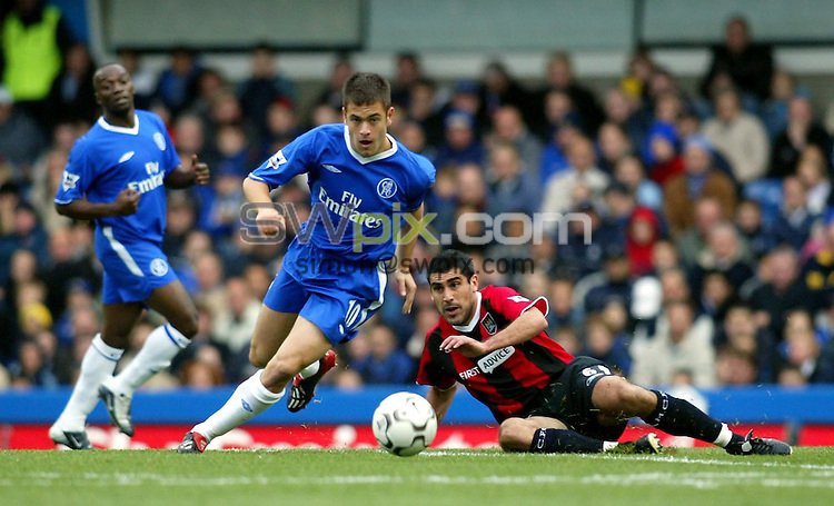 Pix: Rob Matthews/SWpix.com. Soccer. Barclaycard Premiership. Season 2003/2004. Chelsea v Manchester City. 25/10/2003...COPYWRIGHT PICTURE>>SIMON WILKINSON>>01943 608782>>..Joe Cole sprints past the tackle of Claudio Reyna..