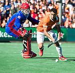 BLOEMENDAAL   - Hockey -  2e wedstrijd halve finale Play Offs heren. Bloemendaal-Amsterdam (2-2) . Glenn Schuurman (Bldaal) met keeper Philip van Leeuwen (A'dam)  tijdens de shoot outs.    COPYRIGHT KOEN SUYK