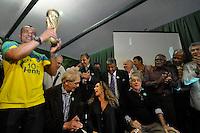 SÃO PAULO, 30 DE JUNHO DE 2012 – COMEMORAÇÃO 10 ANOS DO PENTA: Jogadores campeões nas Copas de 62, 70, 94 e 2002 posam para foto durante jantar promovido pelo ex jogador Cafú para celebrar os 10 anos da conquista do Penta Campeonato de 2002 e os 50 anos da conquista da Copa do Mundo de 1962. O encontro aconteceu na casa do jogador em Alphaville na noite deste sábado (30) FOTO: LEVI BIANCO – BRAZIL PHOTO PRESS.