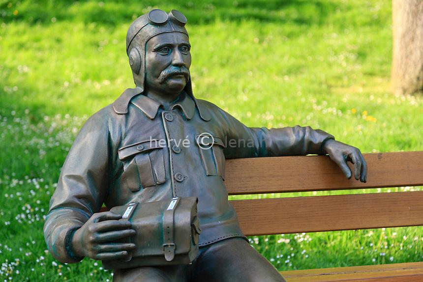 France, Loir-et-Cher (41), Sologne, Chaumont-sur-Tharonne, sur un banc une statue de Louis Blériot // France, Loir et Cher, Sologne, Chaumont sur Tharonne, on a bench a statue of Louis Bleriot