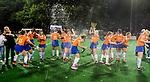 BLOEMENDAAL  - Hockey -  finale KNHB Gold Cup dames, Bloemendaal-HDM . Bloemendaal wint na shoot outs. midden Chloe Watkins (Bldaal) met champagne. COPYRIGHT KOEN SUYK