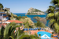 ITA, Italien, Kampanien, Ischia, vulkanische Insel im Golf von Neapel: Blick uebers Strand Hotel Delfini mit Pool zum Castello Aragonese | ITA, Italy, Campania, Ischia, volcanic island at the Gulf of Naples: view across Strand Hotel Delfini towards Castello Aragonese