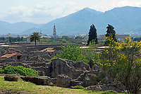 ITA, Italien, Kampanien, Pompei (Pompeji): antike altroemische Ruinenstadt, im Jahre 79 n. Chr. durch Ausbruch des Vesuvs unter Asche- und Bimsteinregen begraben, inmitten des Industrieortes Torre Annunziata | ITA, Italy, Campania, Pompei (Pompeji): ancient city of ruins, buried under ashes and cinders by eruption of vulcano Vesuvius in 79. AD, right next to industiral town of Torre Annunziata