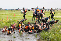 Nederland Schermerhorn  2016 07 10.  Jaarlijkse Prutmarathon door de modderige slootjes van de Mijzenpolder. Mensen helpen elkaar de kant op. Foto Berlinda van Dam / Hollandse Hoogte