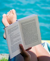 Austria, Upper Austria, Salzkammergut: relax while reading a good book at lake Attersee | Oesterreich, Oberoesterreich, Salzkammergut: entspannen und ein gutes Buch lesen am Attersee
