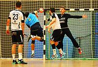 Markus Kochler (Langen) wirft gegen Andreas Krasusky (Crumstadt/Goddelau) - Crumstadt 02.12.2018: ESG Crumstadt/Goddelau vs. HSG Langen