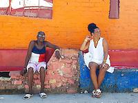HAVANA-CUBA - 15.10.2016: Mulheres observam o movimento de pessoas no Callejón de Hamel, local considerado o centro da cultura afrocubana em Havana.  (Foto: Bete Marques/Brazil Photo Press)