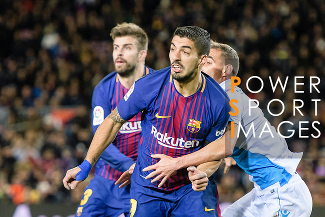 Luis Suarez of FC Barcelona (C) fights for position with Fabian Lukas Schar of RC Deportivo La Coruna (R) during the La Liga 2017-18 match between FC Barcelona and Deportivo La Coruna at Camp Nou Stadium on 17 December 2017 in Barcelona, Spain. Photo by Vicens Gimenez / Power Sport Images